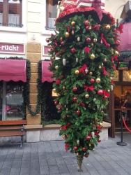 Kerstboom in main street die onderste boven staat