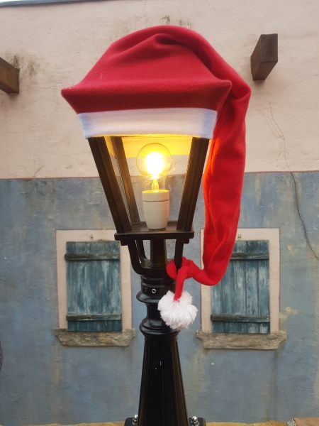 klassiek straatlantaarn versierd met een kerstmuts