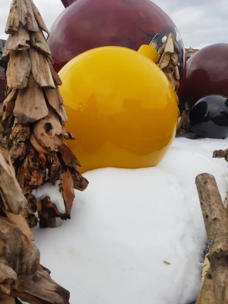 reuzekerstbal en kerstbomen van hout in sneeuw