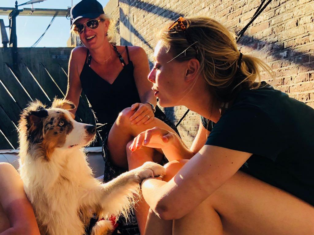 familie met hond in de boot