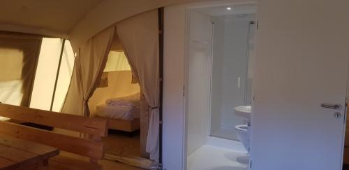 slaapkamer en badkamer yurt camping loodsmansduin